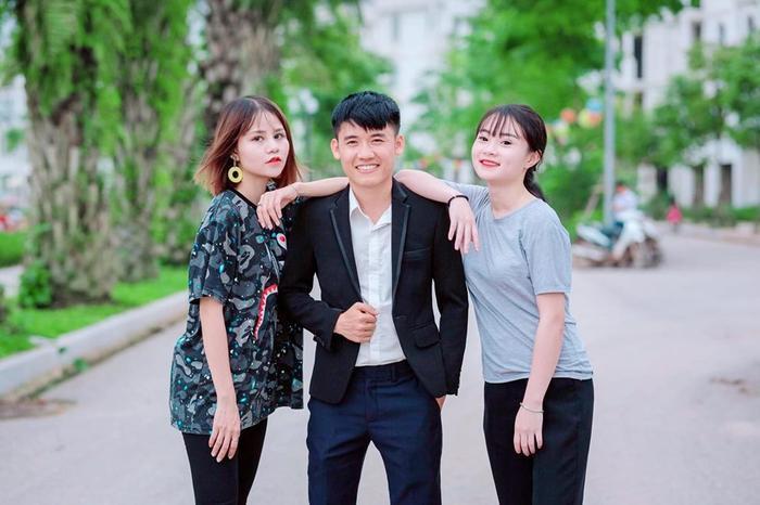 Hằng Hương (ngoài cùng bên trái) chụp hình cùng Hưng Vlog.
