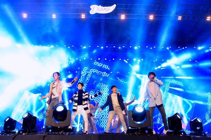 Các chàng trai đến từ Monstar đã có phần mở màn đầy sôi động với loạt ca khúc nổi tiếng: Badadu, Baby Baby.