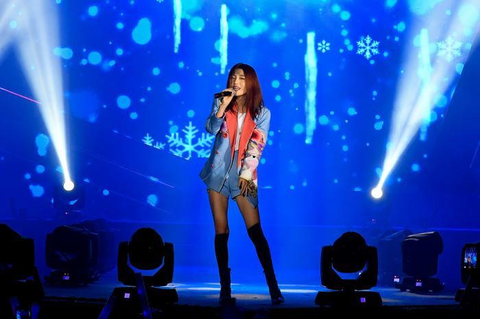 Phong cách trình diễn trẻ trung, đầy tự tin của Han Sara truyền cảm hứng cho các cô nàng thêm vững vàng để thực hiện đam mê.