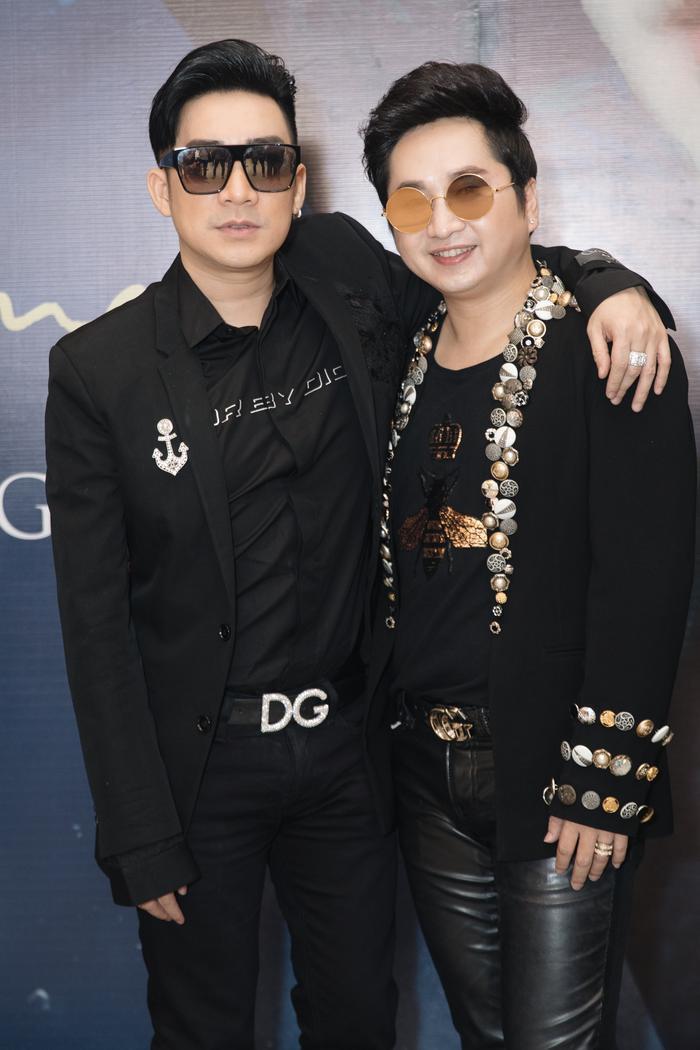 Ca sĩ Quang Hà đến chung vui cùng người bạn thân thiết.
