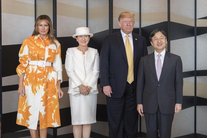 Bà Trump diện váy củaDries Van Noten khi tớithành phố Yokosuka.