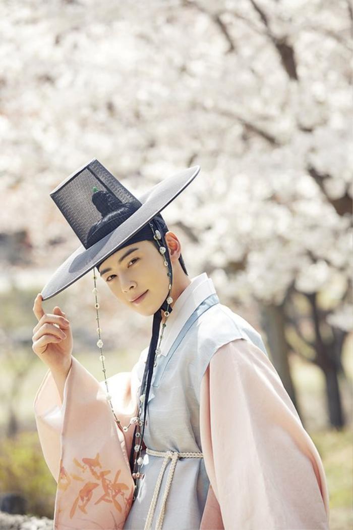 Cha Eun Woo và Shin Se Kyung khiến fan 'mất máu' với tạo hình đẹp như hoa trong phim cổ trang 'Rookie Historian Goo Hae Ryung'