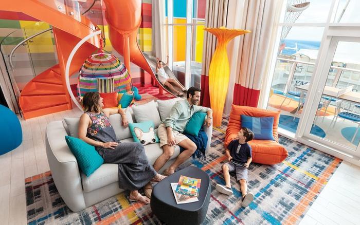 Du thuyền có nhiều hạng phòng cho khách lựa chọn. Nổi bật là phòng suite gia đình rộng tới hơn 120 m2 có thể phục vụ tới 11 khách, với công viên thu nhỏ dành cho trẻ em và rạp chiếu phim 3D riêng.