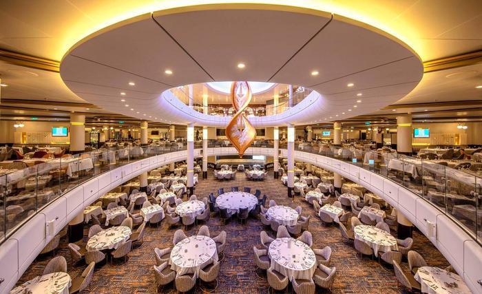 Phòng ăn chính trên du thuyền có thể phục vụ tới 1.844 khách với không gian 3 tầng rộng rãi. Thực khách có nhiều lựa chọn với những món ăn theo phong vị ẩm thực từ Á sang Âu.