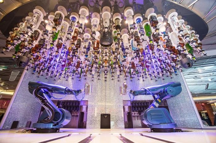 Ngoài ra, một điểm độc đáo của du thuyền là quán bar Bionic với tay robot biết pha chế đồ uống theo yêu cầu của khách.