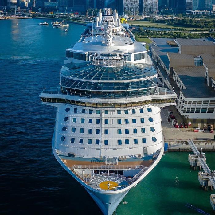 Siêu du thuyền có 16 tầng với sức chứa khoảng 4.200 hành khách và hơn 1.300 thành viên thủy thủ đoàn. Hành trình đầu tiên của du thuyền kéo dài 46 đêm, từ Barcelona đến Thượng Hải với 13 điểm dừng tại các quốc gia, trong đó có Việt Nam, Singapore, Malaysia… Ảnh: Maik Fleer.