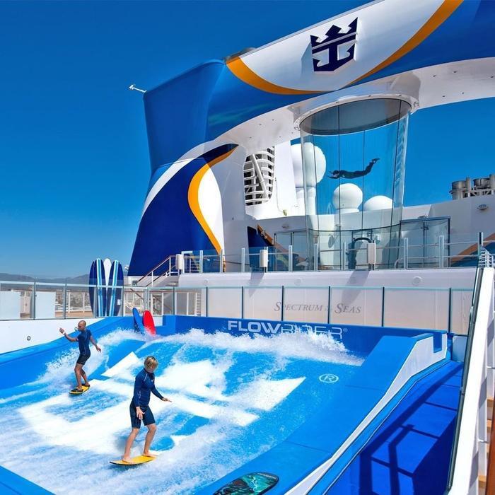 Bể lướt sóng giả lập FlowRider với dòng nước xiết sẽ đem đến cảm giác sống động như trên bãi biển thật, mà du khách không cần rời khỏi tàu
