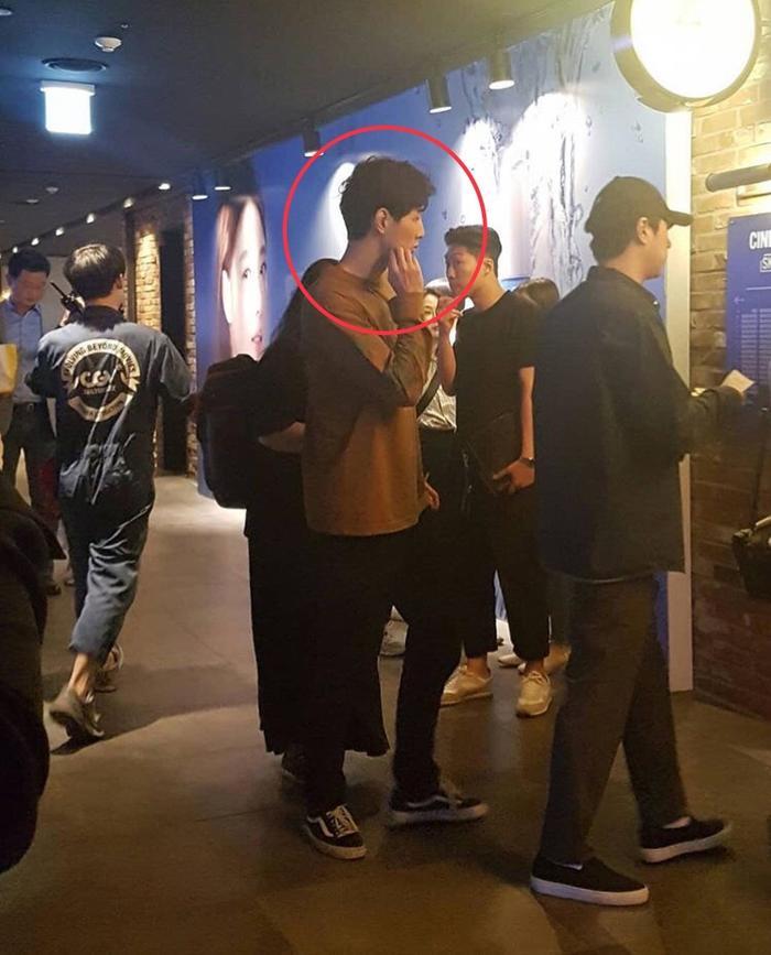 Kim Ji Soo. Không xác nhận rõ, nhưng nam thanh niên đội nón đen có thể là Lee Je Hoon.