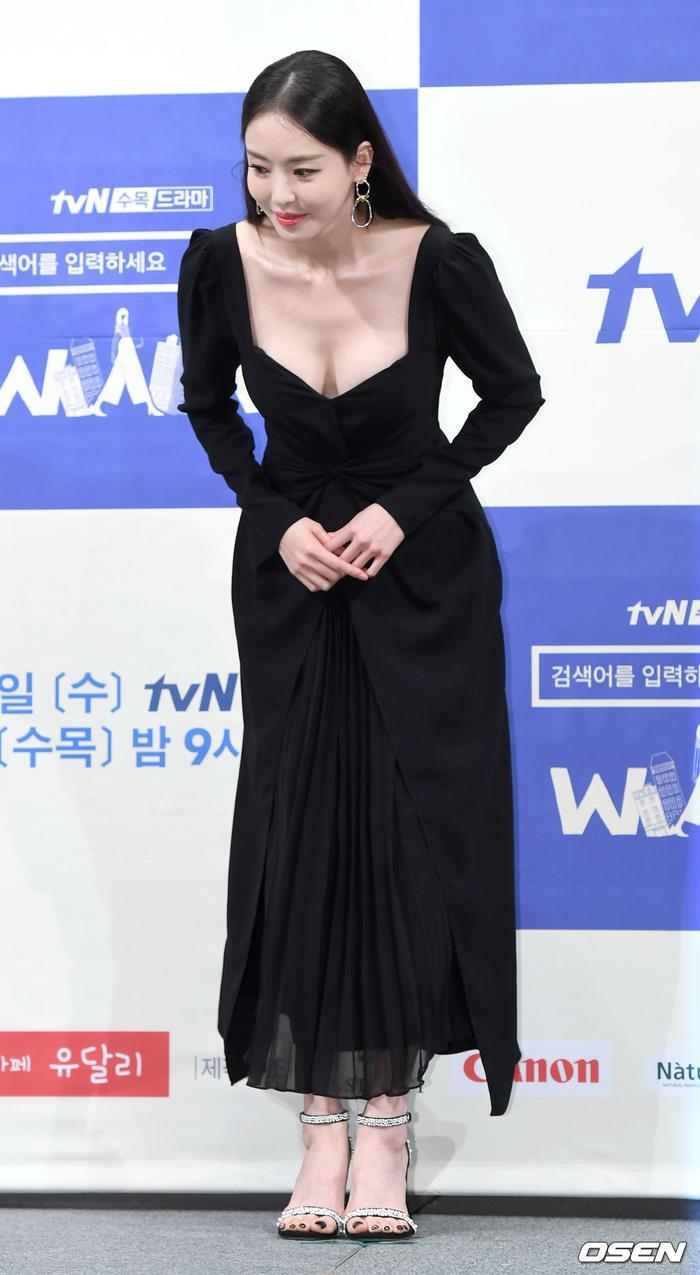 Họp báo WWW: Lee Da Hee bị soi vòng 1 khủng  Im Soo Jung đẹp đôi bên Jang Ki Yong mặc kệ tuổi 40 ảnh 11