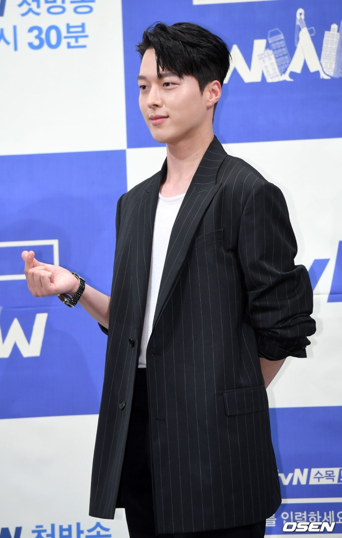 """Jang Ki Yong đẹp trai, lịch lãm. Anh gây ấn tượng tốt trong công chúng qua nhiều drama khác nhau. Gần đây nhất là """"Kill It"""" đài OCN, hợp tác cùng Nana."""