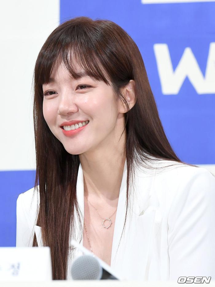 Họp báo WWW: Lee Da Hee bị soi vòng 1 khủng  Im Soo Jung đẹp đôi bên Jang Ki Yong mặc kệ tuổi 40 ảnh 1