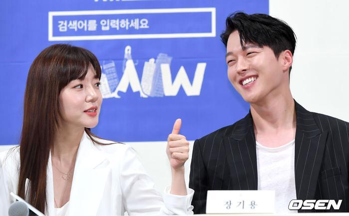 Họp báo WWW: Lee Da Hee bị soi vòng 1 khủng  Im Soo Jung đẹp đôi bên Jang Ki Yong mặc kệ tuổi 40 ảnh 21