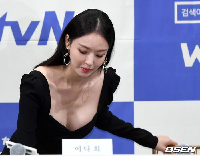 Họp báo WWW: Lee Da Hee bị soi vòng 1 khủng  Im Soo Jung đẹp đôi bên Jang Ki Yong mặc kệ tuổi 40 ảnh 13