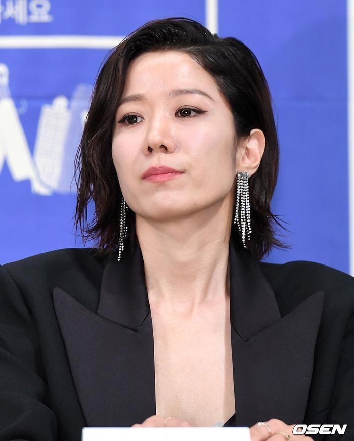 Họp báo WWW: Lee Da Hee bị soi vòng 1 khủng  Im Soo Jung đẹp đôi bên Jang Ki Yong mặc kệ tuổi 40 ảnh 16