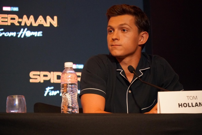 """Tom nghĩ mình đã phát âm sai chữ """"multiverse"""" bằng giọng Anh, nên chắc là phải thu âm lại lời thoại."""