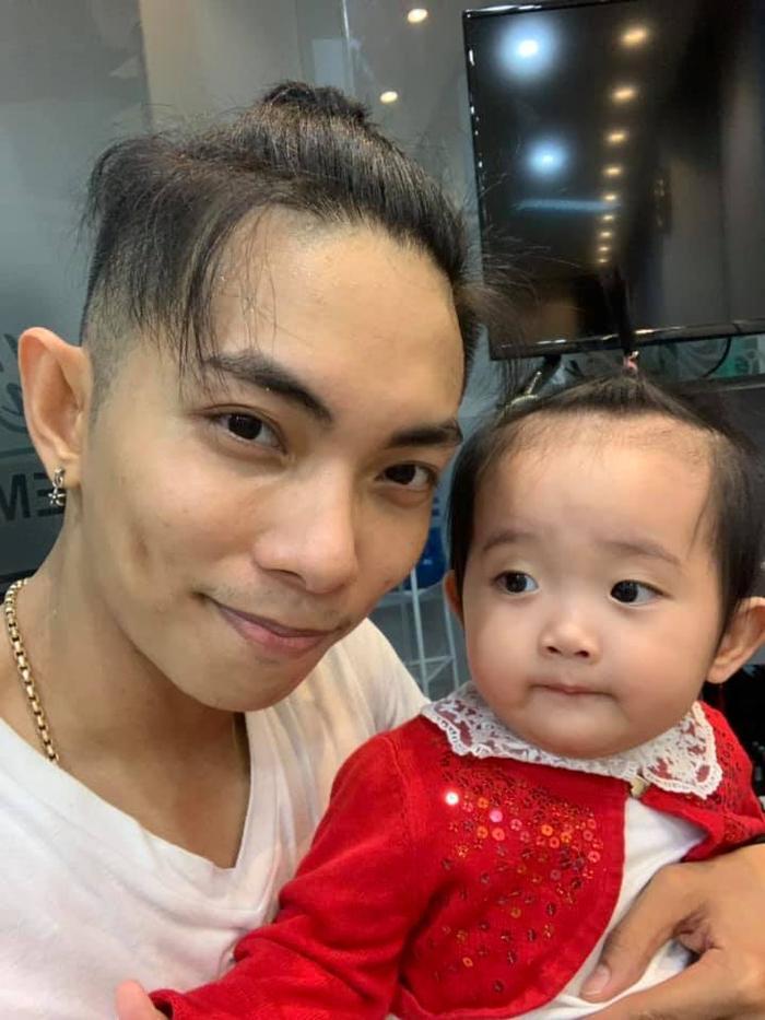 Bố Phan Hiển khoe ảnh chụp cùng con gái. Nam dancer cố tình nhại cử chỉ của bé từ biểu cảm trên mặt đến kiểu tóc chỏm để chứng minh rõ ràng nét giống nhau của hai bố con.