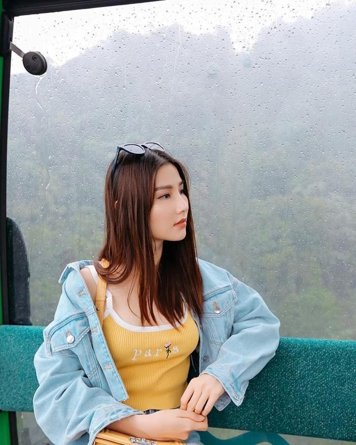 """Áo thun vàng kết hợp áo khoác denim sáng màu, quần jeans là lựa chọn của """"gái già lắm chiêu"""" khi đi du lịch cũng như shopping bởi sự năng động, trẻ trung."""