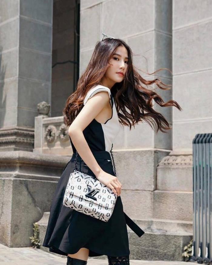 Với bộ trang phục sắc trắng đen, Diễm My trông cực kỳ trẻ trung, năng động và cuốn hút.