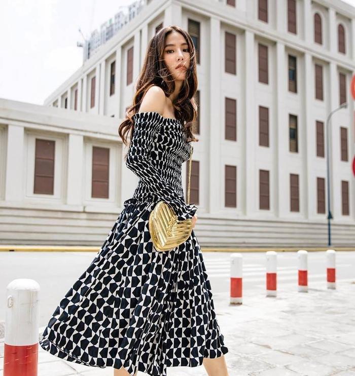 """Chiếc váy họa tiết đen trắng hở vai dáng chữ A thực sự hợp với vóc dáng của nữ diễn viên """"Cô Ba Sài Gòn"""" bởi không chỉ tôn dáng mà còn giúp cô hack chiều cao đáng kể."""