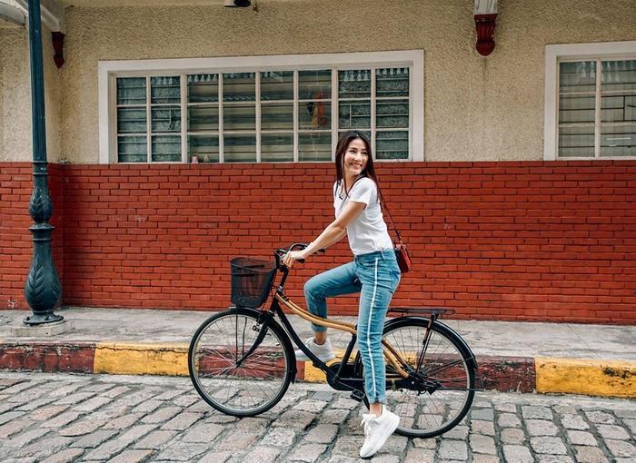 Cô nàng cũng cực kỳ trẻ trung năng động với quần jeans và áo phông trắng đơn giản kết hợp cùng giày thể thao trắng.