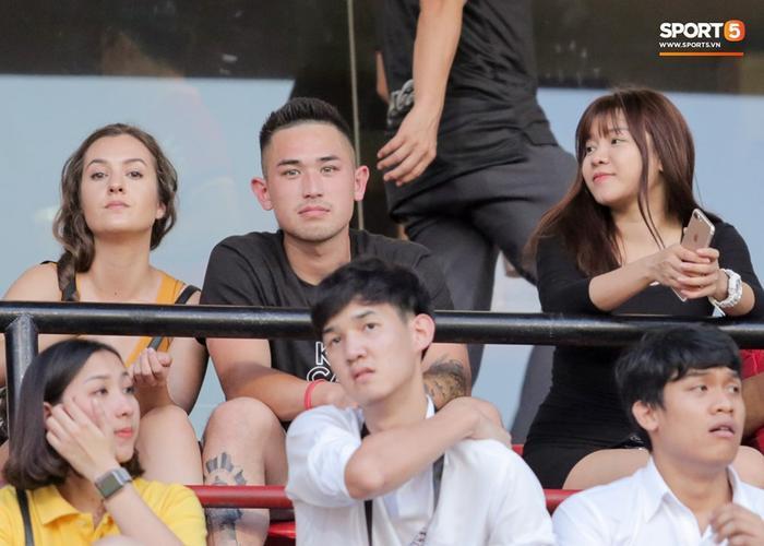 Ngồi bên cạnh cô làKeven Nguyễn, cựu cầu thủ CLB Hải Phòng và bạn gái của anh.