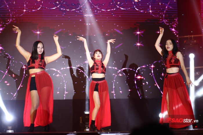 Tối qua (31/5), đêm nhạc mang tên Phút cuối đã diễn ra tại Hội trường lớn của Học viện Báo chí và Tuyên truyền.
