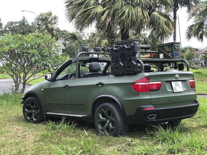 Xe sang BMW X5 của ông Vũ được gắn thêm các thanh chống lật cùng những trang bị phục vụ off-road (lái xe đi đường địa hình xấu như đèo đốc, đường ghồ ghề, đồi cát,…). (Ảnh: Tinxe)