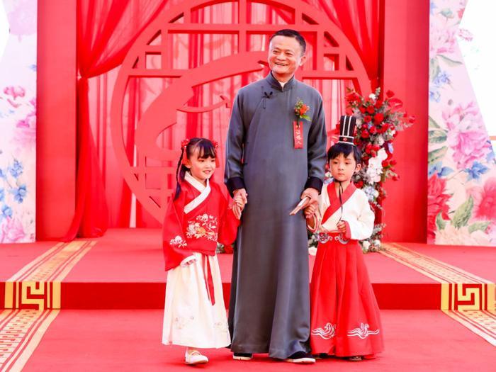 """Vào năm nay, tỷ phú Jack Ma cũng ôm một rổ """"gạch đá"""" khi khuyên nhân viên hãy quan hệ nhiều hơn."""