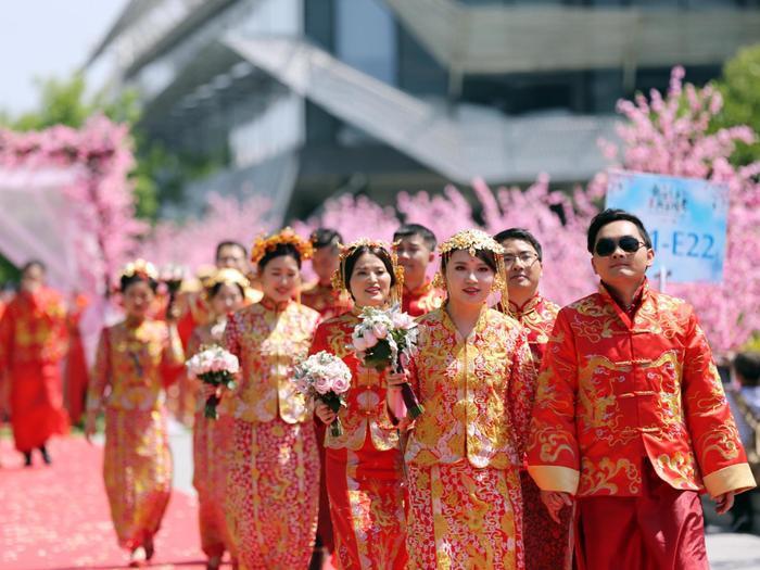 Các cặp đôi đang bước trên thảm đỏ dẫn đến nơi hành lễ.