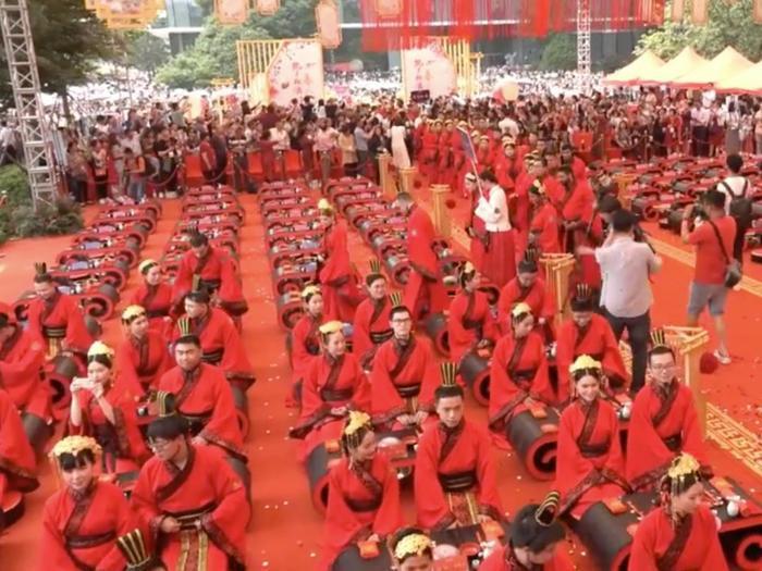 Sự kiện Ali Day năm nay được phát trực tiếp trên Youku, một dịch vụ chia sẻ video thuộc sở hữu của Alibaba.