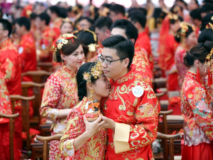 Năm nay, đám cưới tập thể của nhân viên tập đoàn Alibaba diễn ra tại trụ sở Hàng Châu, Trung Quốc.Tuy nhiên, đây không phải là một buổi lễ kết hôn như chúng ta vẫn tưởng, thay vào đó đây là buổi lễ kỷ niệm của tất cả các nhân viên Alibaba đã kết hôn trong năm qua.