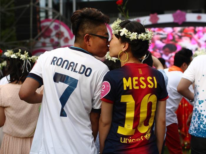 Nhưng không phải lúc nào cũng vậy. Chẳng hạn nhưnăm 2013, một cặp đôi tham dự buổi lễ trong bộ đồng phục bóng đá.