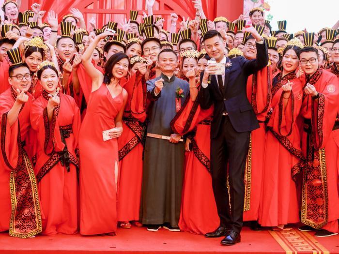 Có 102 cặp đôi tham gia hành lễ, 102 cũng là con số vô cùng ý nghĩa với CEO Alibaba Jack Ma.