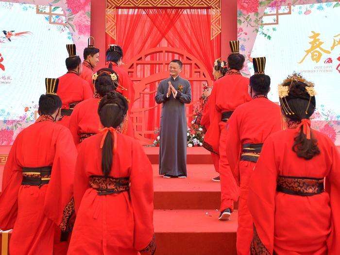 """Tính đến nay lễ kết hôn tập thể """"Ali Day"""" của Alibaba đã được tổ chức 15 lần. Theo nguồn tin từ Business Insider, lễ kết hôn tập thể này bắt nguồn từ nămđại dịch SARS hoành hành thế giới, hội chứng hô hấp cấp tính này đã giết chết774 người."""