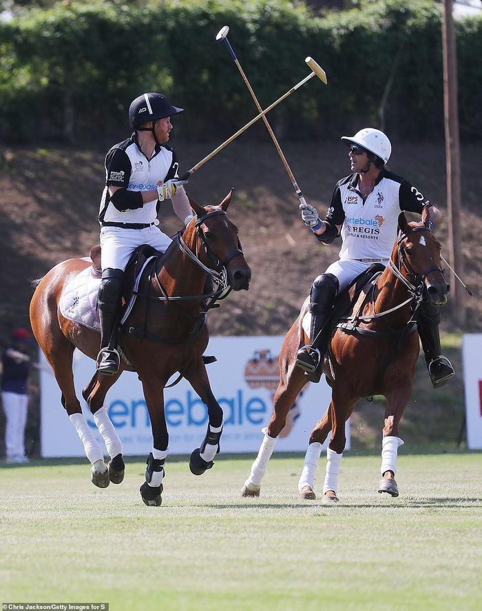 Hoàng tử Harry chơi polo cùngNacho Figueras, một người chơi chuyên nghiệp, tạiRoma Polo Club.