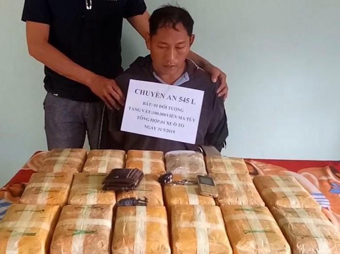 Đối tượng người Lào cầm đầu đường dây bị bắt giữ cùng 100.000 viên ma túy tổng hợp. Ảnh: BĐBP cung cấp
