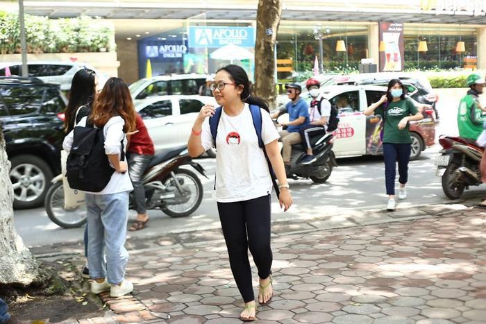 Nữ sinh đến trễ cả 30 phút trong buổi chiều thi môn Toán vào lớp 10 ở Hà Nội ảnh 3