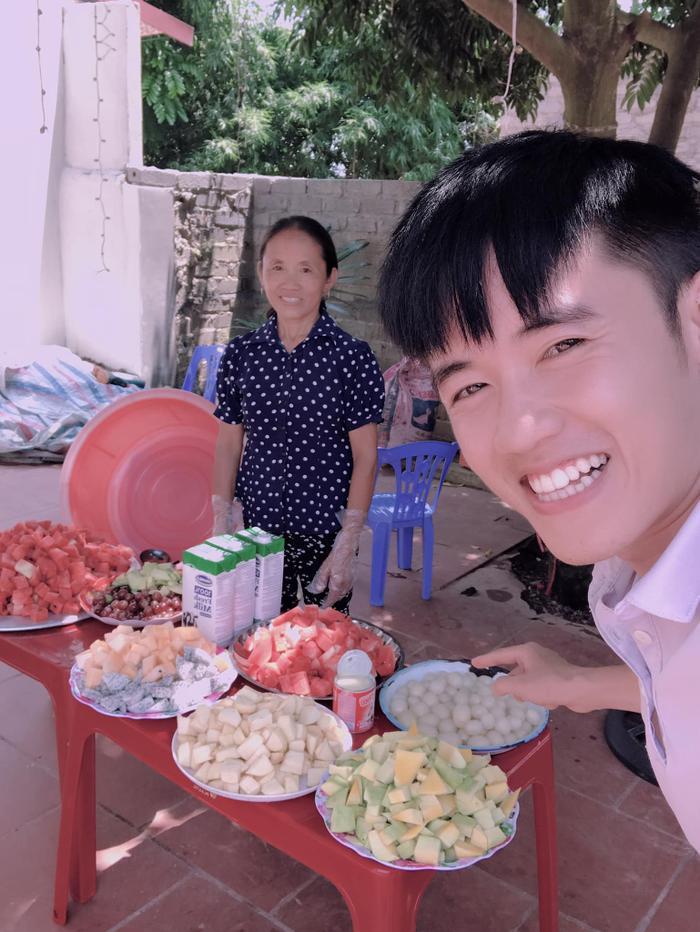 Hưng là người đứng sau sự thành công của mẹ mình.