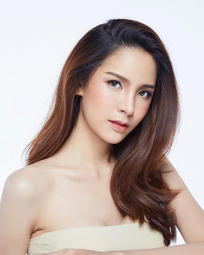 """Tại Thái Lan, người đẹp 22 tuổi được ca tụng là giai nhân nổi bậc nhất ở lịch sử cuộc thi sắc đẹp dành cho người chuyển giới. Nhiều ý kiến tin rằng cô sẽ sớm công phá danh hiệu """"thiên thần chuyển giới"""" củaYoshi Rinrada."""
