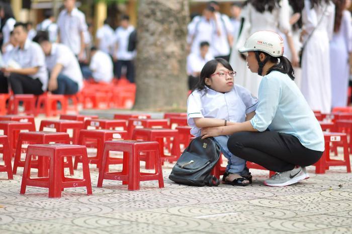Người mẹ 21 năm làm chân cho con, luôn bên con mỗi buổi đến trường.