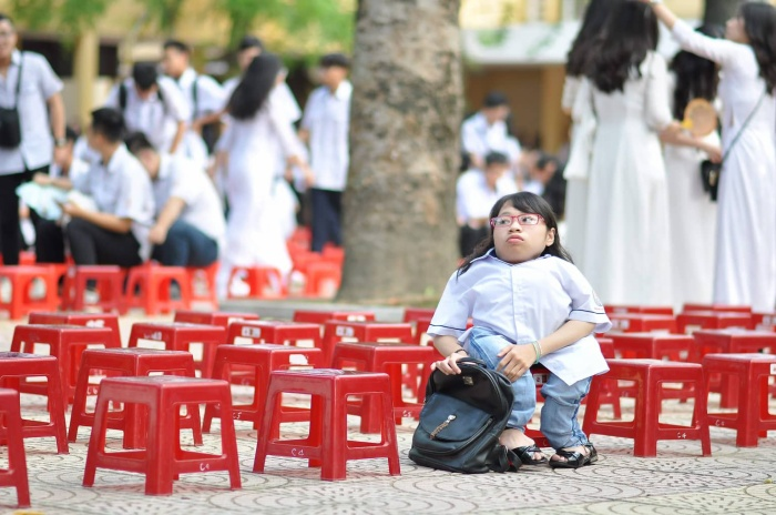 Bức ảnh cô gái bé nhỏ trong buổi bế giảng cuối cùng gây xúc động mạnh.