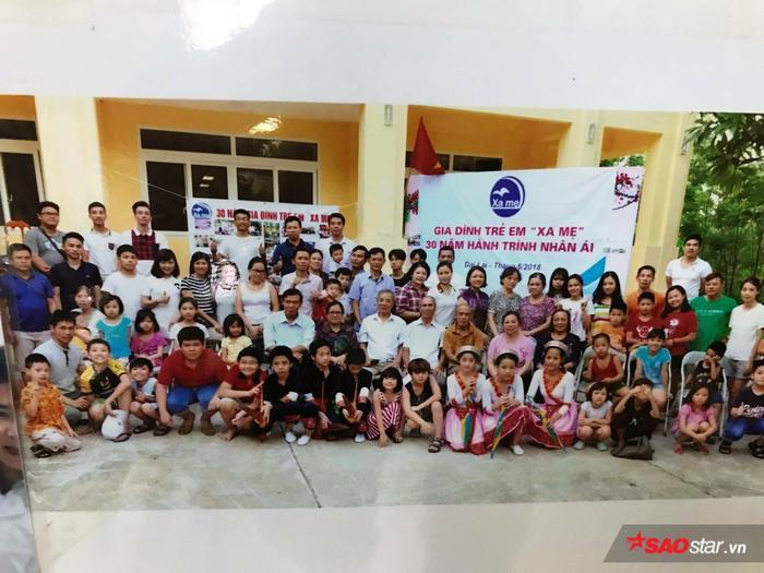 """Hình ảnh chị Thanh anh Phú tham gia hoạt động cùng gia đình trẻ em """"Xa mẹ""""."""