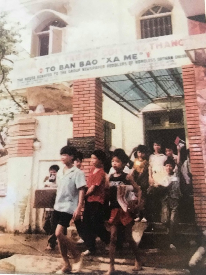 Những đứa trẻ mồ côi, lang thang cơ nhỡ ở Tổ bán báo Xa mẹ tại số 13 Ngô Văn Sở, Hoàn Kiếm, Hà Nội, năm 1991.