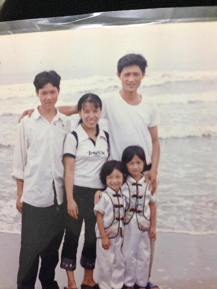 Chị Thanh, anh Phú cùng hai con gái chụp cách đây gần 20 năm trước.