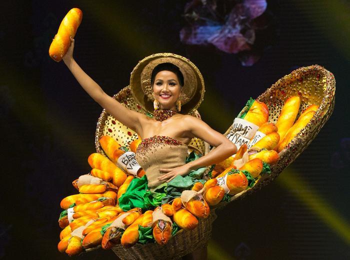 """""""Bánh mì"""" – Trang phục dân tộc Việt Nam đồng hành cùng H'Hen Niê tại Miss Universe 2018 gây được sự chú ý mạnh mẽ với khán giả quốc tế."""