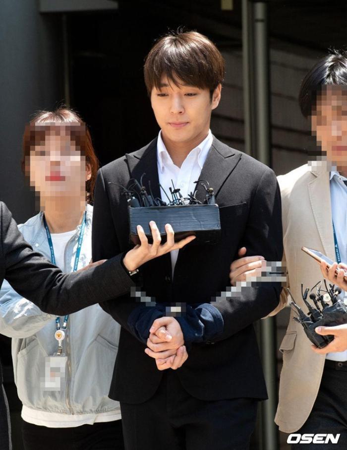 Jung Joon Young và Choi Jong Hoon tiếp tục tham dự phiên tòa chung về tội tấn công tình dục hàng loạt cô gái đang 'hôn mê'