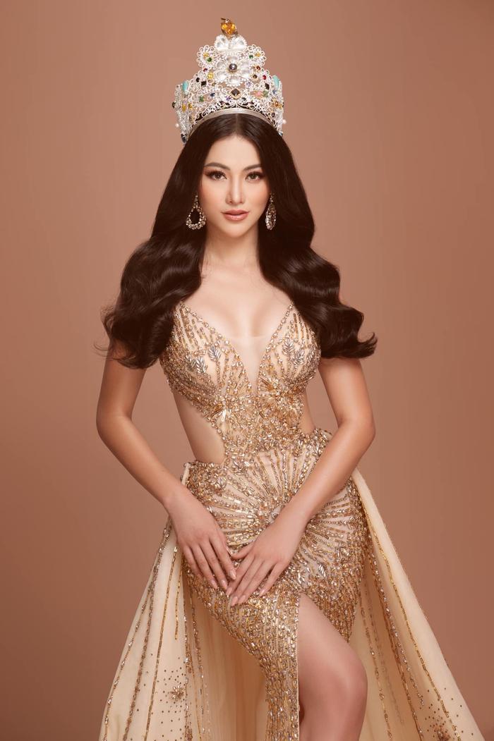 Bộ váy vàng ánh kim nữ thần mặt trời mà Phương Khánh đã mặc tại đêm chung kết Miss Earth 2018
