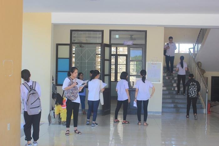 Các thí sinh Quảng Bình chuẩn bị bước vào thi lại môn Ngữ Văn. Ảnh: báo Giao Thông.