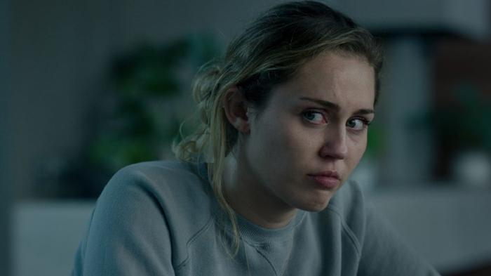Hai chân dung đối lập của Miley Cyrus trong phần phim mới.