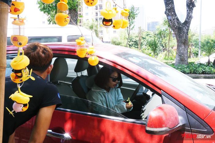 Lò xo mặt cười được trang trí trên xe, góc bàn học, văn phòng,… đều tạo sự vui nhộn.
